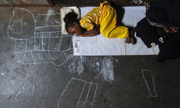 Baños Para Ninos Rebeldes: su madre pide dinero en la estación de tren de Bombay, India